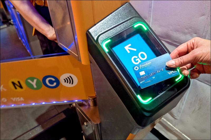 國際保育團體「世界自然基金會」研究發現,全球每人每週平均攝入的微塑膠有五公克之多,相當於一張信用卡的重量。(美聯社)