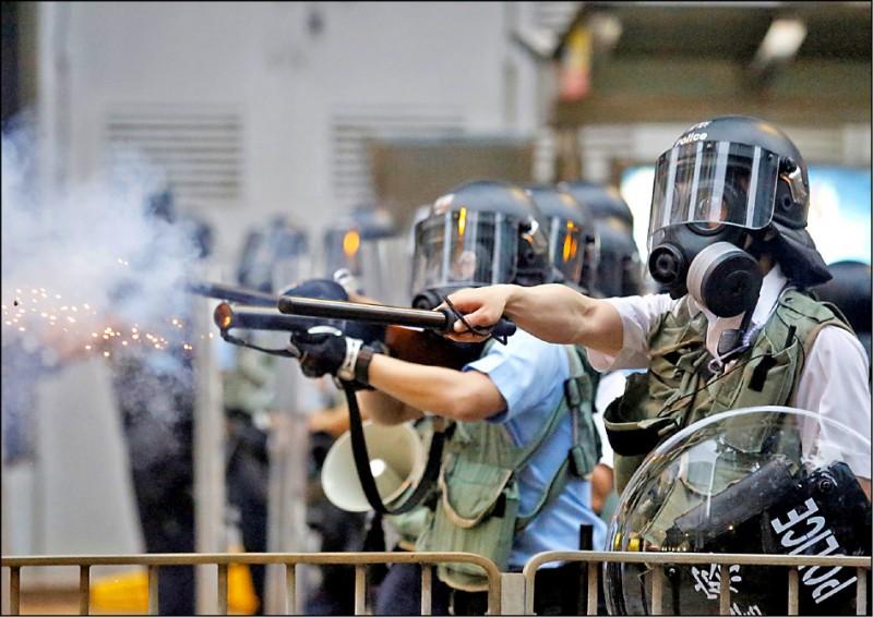 警方發射催淚彈驅離香港立法會外的抗議者。(歐新社)