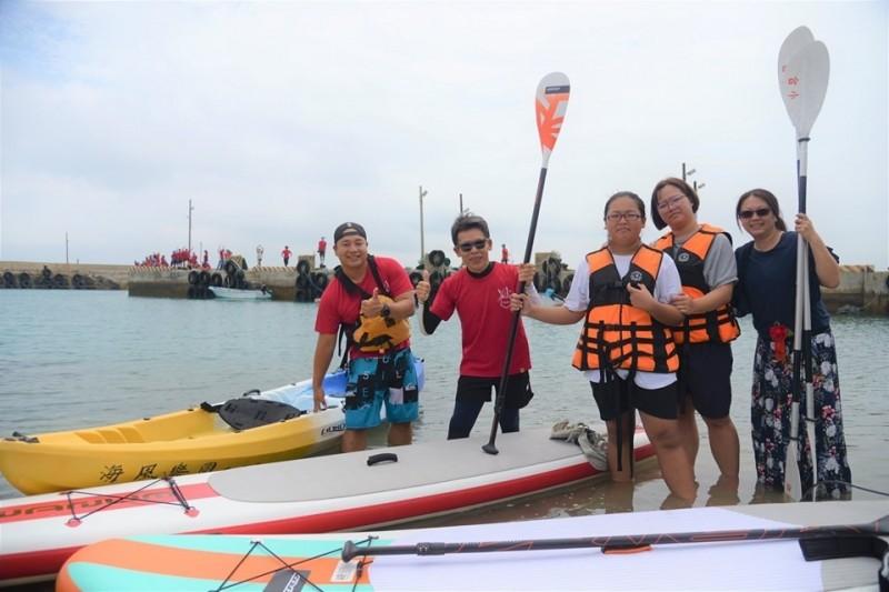 合橫雖然僅有一名畢業生,還是依循慣例完成輕艇跨港行程。(合橫國小提供)