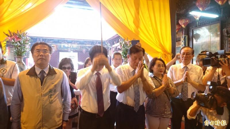 賴清德到台南首廟天壇拜拜。(記者劉婉君攝)