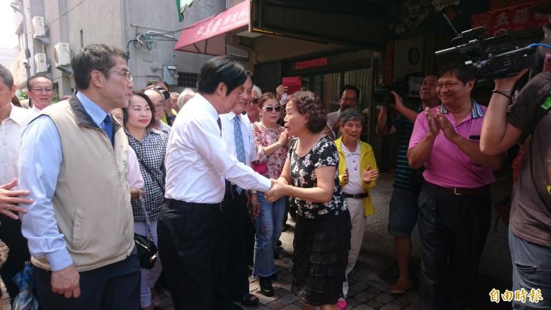 賴清德到台南首廟天壇拜拜,受到民眾歡迎打氣。(記者劉婉君攝)