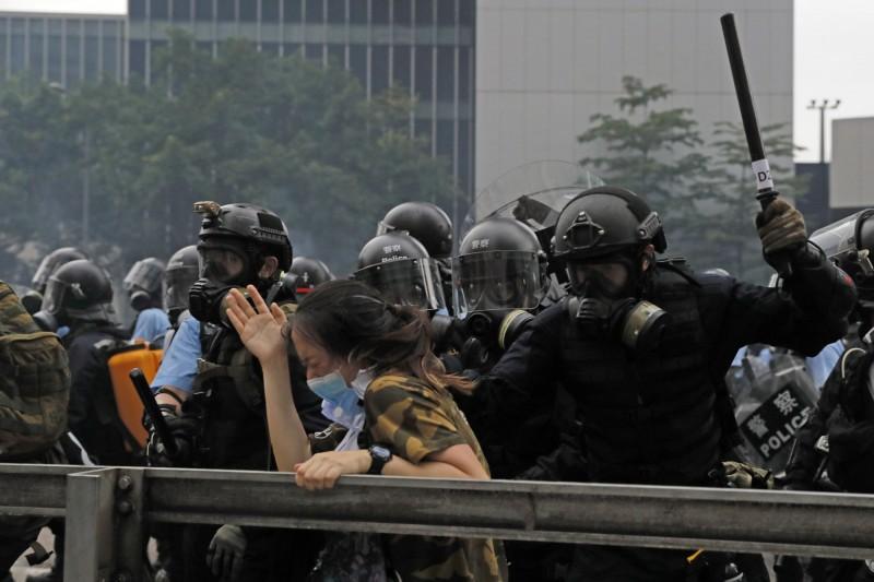 香港警方今日舉行記者會,辯稱「不會使用武力,而昨天使用的是「低殺傷力武器」,讓許多網友相當傻眼,立委徐永明也發文感嘆,若明年選到台版的「林鄭月娥」,後果真的不敢想像。(美聯社)