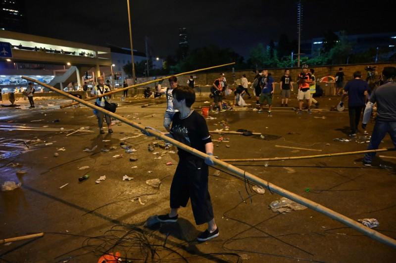 有示威民眾自發整理現場遺留的垃圾。(法新社)