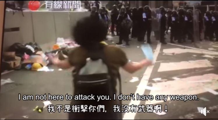一名香港媽媽朝警察大喊「為什麼要打小孩」、「一人讓一步好不好,我沒有武器」,但這名媽媽的真情喊話,卻未換來警方停手,而是持續施放催淚彈。(圖擷自香港地臉書)