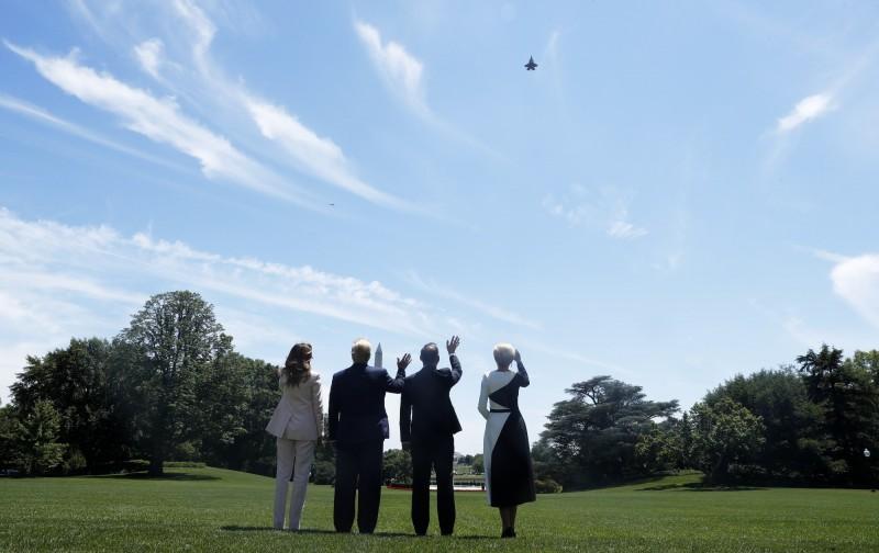 川普夫婦與杜達夫婦4人一同在白宮大草坪上觀賞F-35戰機演出。(歐新社)