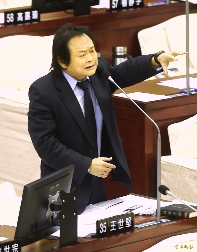 台北市議員王世堅今受訪時直呼,柯文哲被國台辦讚賞,「我要是他早就跳樓死一死了」、「柯文哲是中共的金孫啦」!(資料照,記者方賓照攝)