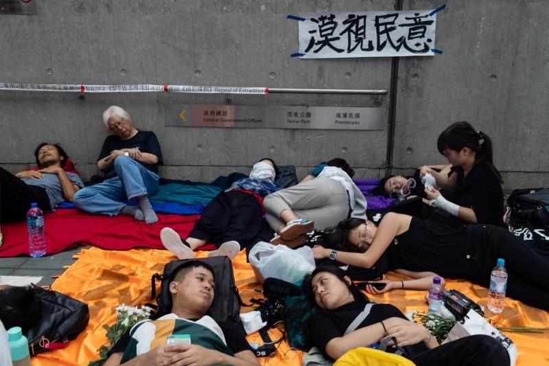 香港民眾為抗議當局強推《逃犯條例》修正法案走上街頭,至今天凌晨1時才陸續從現場散去。(彭博)
