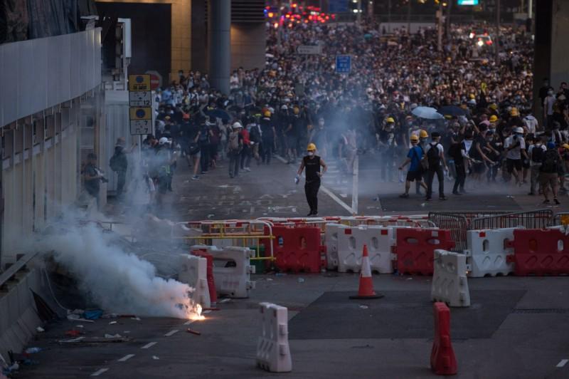 香港立法會原訂昨日對修訂《逃犯條例》草案進行二讀,不過在警民衝突擴大升級下,昨晚主席宣布取消會議。目前已知至少有72人受傷送醫。(歐新社)