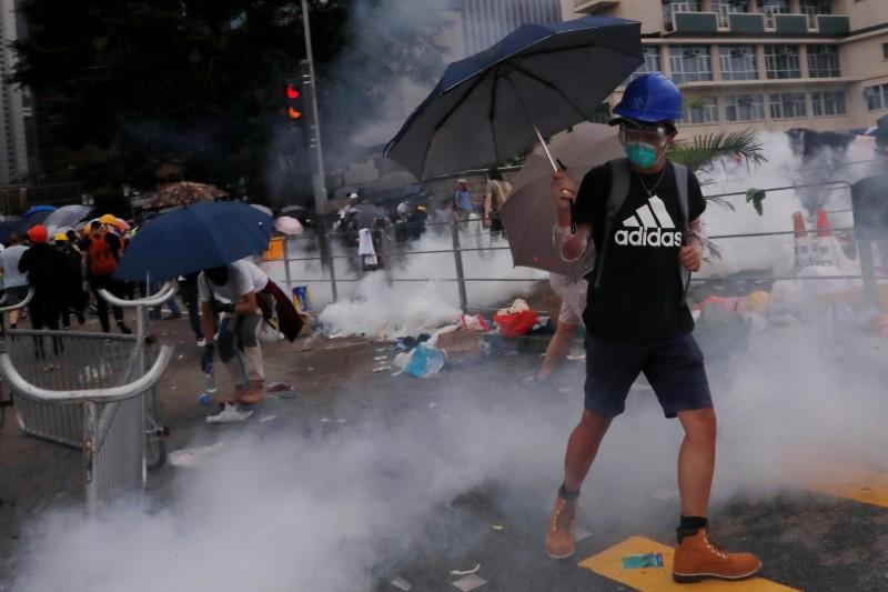 昨上午起逾萬香港民眾湧到包圍立法會大樓和政府總部等建築物周圍,但昨下午3時過後,警方動用催淚彈、高壓水柱、橡膠子彈、胡椒噴霧等強勢清場,與抗爭民眾爆發嚴重流血衝突。(路透)
