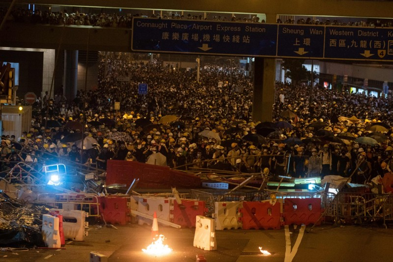 香港政府無視百萬「反送中」民怒,強推《逃犯條例》修正草案,引發各界發起罷工罷市罷課連署。(法新社)