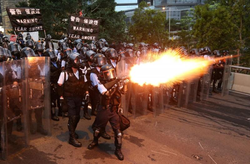 香港反送中活動至12日當天,警方對抗議群眾射擊催淚彈。(路透)