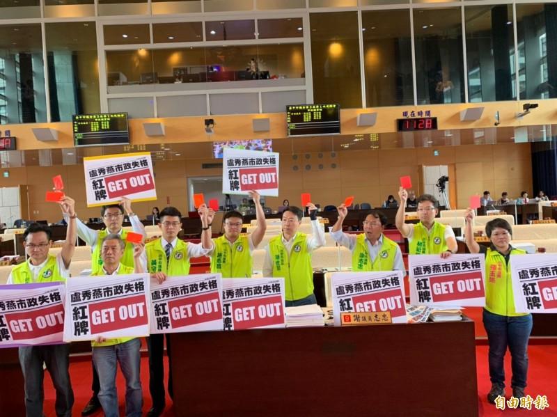 謝志忠等9名議員高喊「市長失格紅牌出場」,怒把盧秀燕團隊趕出議場。(記者黃鐘山攝)