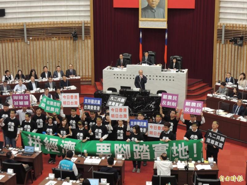 高市議會民進黨團奉勸韓國瑜自行請辭。(記者王榮祥攝)