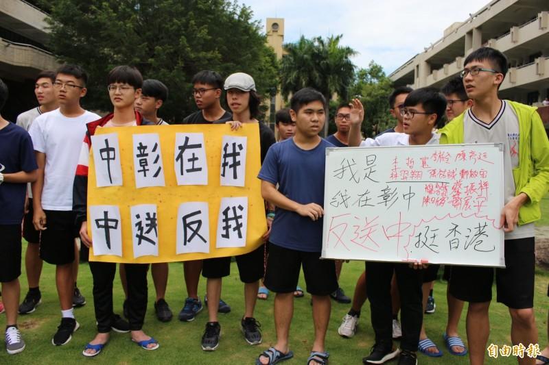 一群國立彰化高中在校生和應屆畢業生,今在校園捍衛民主,發起「我在彰中我反送中!」簽名連署活動,行動聲援香港百萬人反送中的示威活動。(記者張聰秋攝)