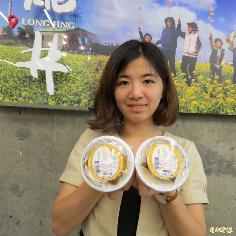 龍井區農會推「荳賞嫩豆花」,用在地的黃豆,連市議會都下訂單。(記者蘇金鳳攝)