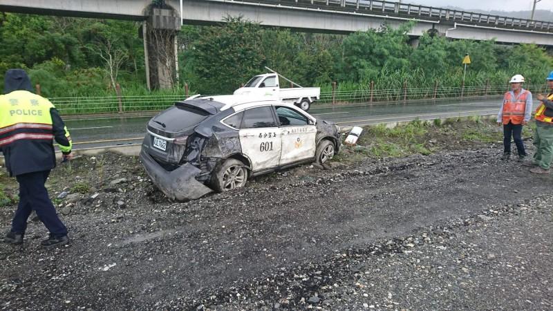 疑天雨路滑 花蓮警車自撞衝分隔島
