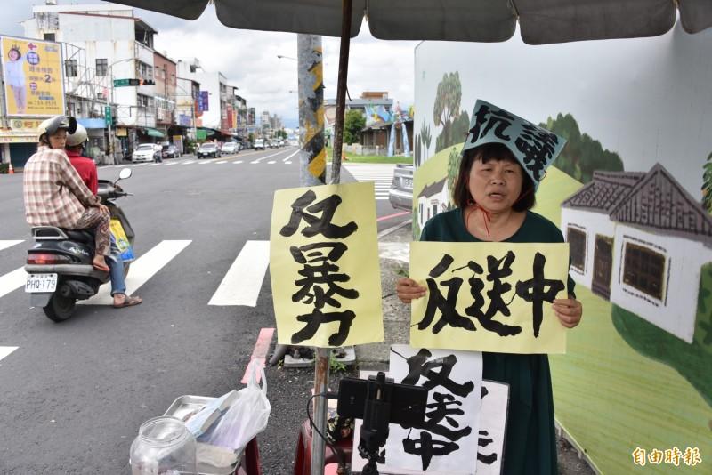 蔣月惠聲援香港「反送中」在街頭靜坐,吸引了許多路人注目。(記者葉永騫攝)