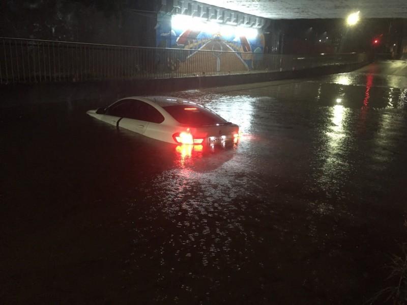 BMW男不聽勸 硬闖淹水地下道險滅頂