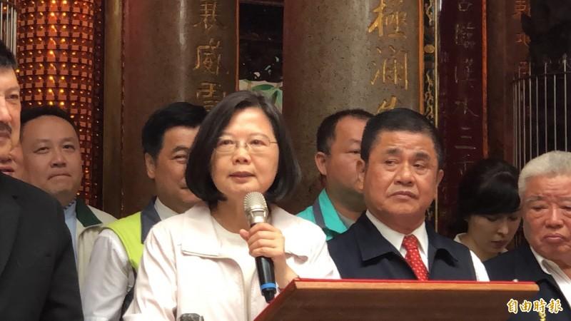蔡英文天到新北市三重義天宮參拜,致詞時談到香港反送中,她說,只要蔡英文做總統,台灣就一定有自由、有民主,而且顧得住我們的主權。(記者周湘芸攝)