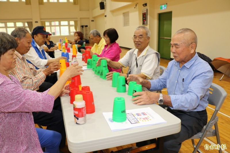 89歲的陳仁禮(右)學習疊杯的成績不錯,將成為坪林銀髮俱樂部的種子老師。(記者何玉華攝)
