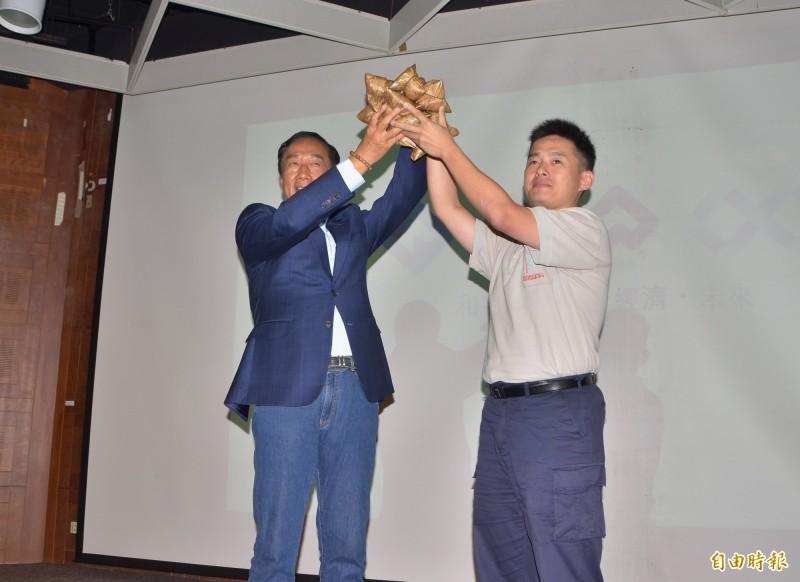 鴻海董事長郭台銘(左)到南科演講,業者贈送粽子,預祝選舉「包中」。(記者吳俊鋒攝)