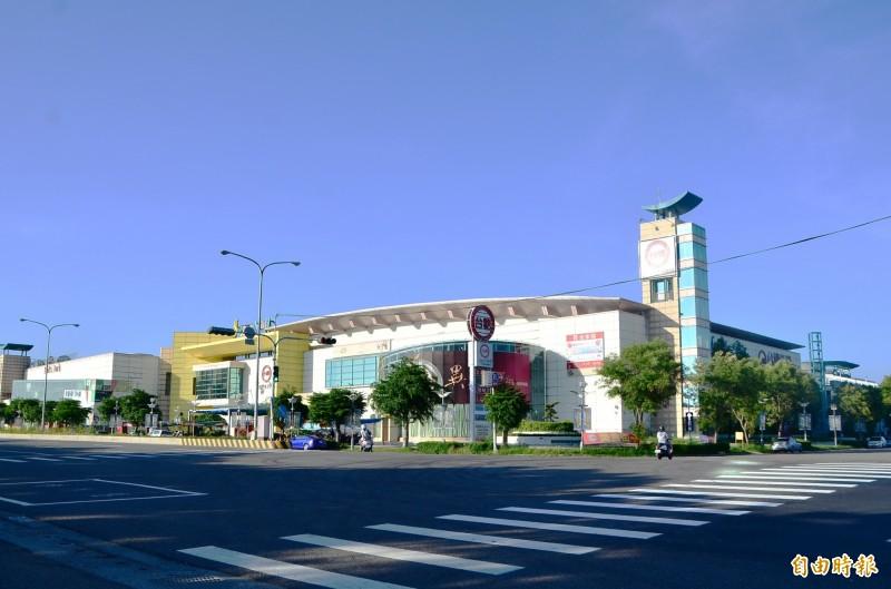 曾是仁德重要地標的台糖嘉年華購物中心,17日即將停業結束營運。(記者吳俊鋒攝)