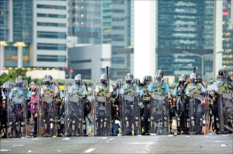 全副武裝的香港警察十二日在立法會周遭強硬驅離抗爭民眾。(歐新社)