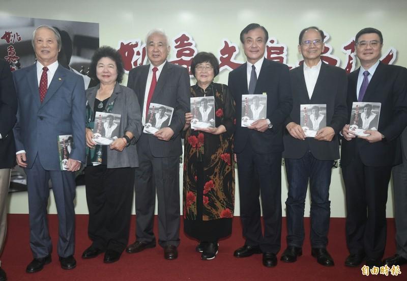 姚嘉文新書發表適逢81歲生日 蘇嘉全送花祝壽