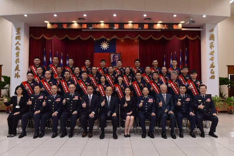 蔡總統表揚模範警察 強調警察拚治安、政府顧警察