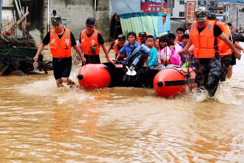 中國南方嚴重洪水氾濫,至今已釀61死14失蹤,約有31萬2000人受洪災影響。圖為廣東民眾撤離過程。(歐新社)