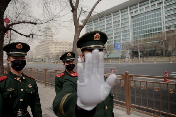 中國大規模迫害新疆人權。此為中國警察示意圖。(路透)