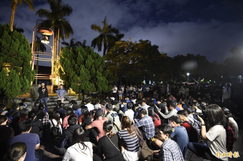 「反送中、護人權!」 台大傅鐘廣場千人挺香港