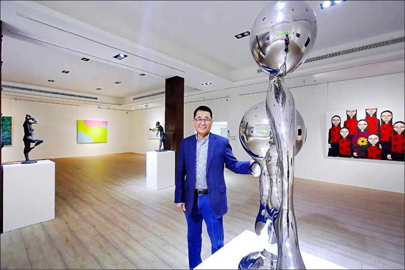 王慶祥(圖中)將大新美術館視為藝術森林計畫的凝聚點,除了展示私人收藏品,也邀請國內、外藝術家到此策展,做為藝術文化交流基地。(記者李惠洲/攝影)