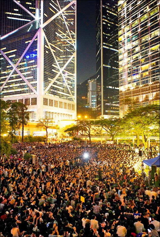 6千名香港家長14日晚間在香港中環的公園「遮打花園」,發起「香港媽媽反送中集氣大會」,為香港的年輕子女打氣。(美聯社)