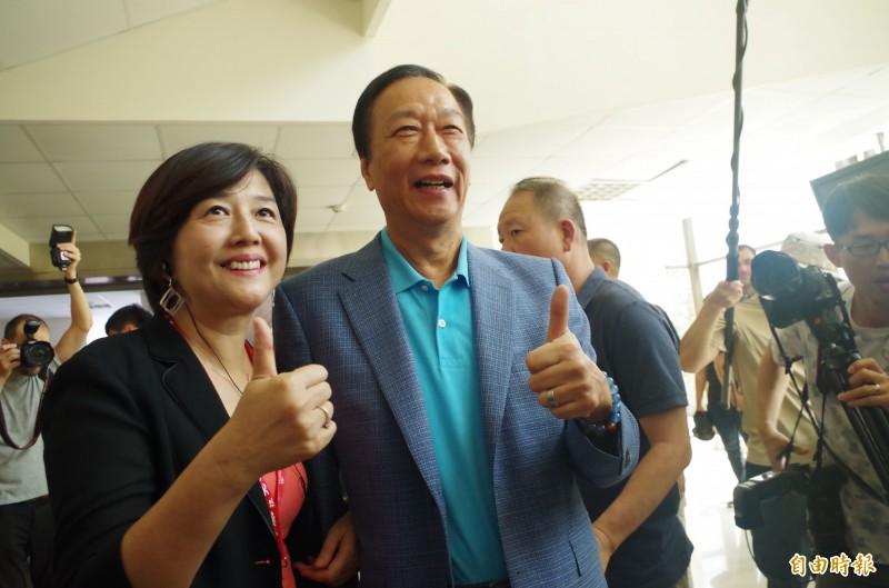 郭台銘(右)今到吳鳳科大與該校職員合照。(記者王善嬿攝)
