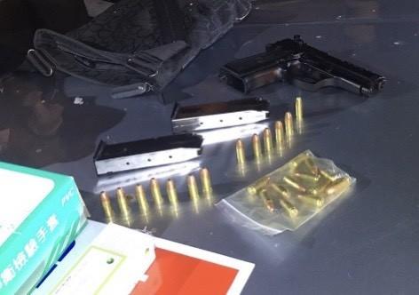 梅嫌的手槍和25發子彈被查獲。(記者楊金城翻攝)(記者楊金城攝)