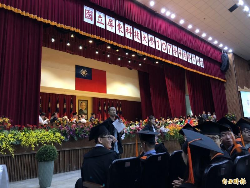 浩子和畢業生們開心互動。(記者羅欣貞攝)
