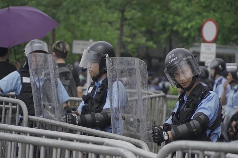香港反送中,警察在街頭警戒。(陳文彬提供)