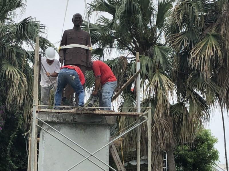 拆除銅像的廠商小心翼翼地將其拆離基座並吊離。(記者王秀亭翻攝)(記者王秀亭攝)