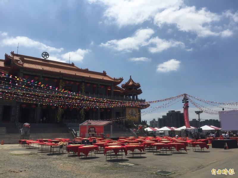 2019桃園閩南文化節首度舉辦「總鋪師比賽」,桃園護國宮前的廟埕已擺上百張桌、千張椅,等候今晚的總決賽。(記者陳恩惠攝)