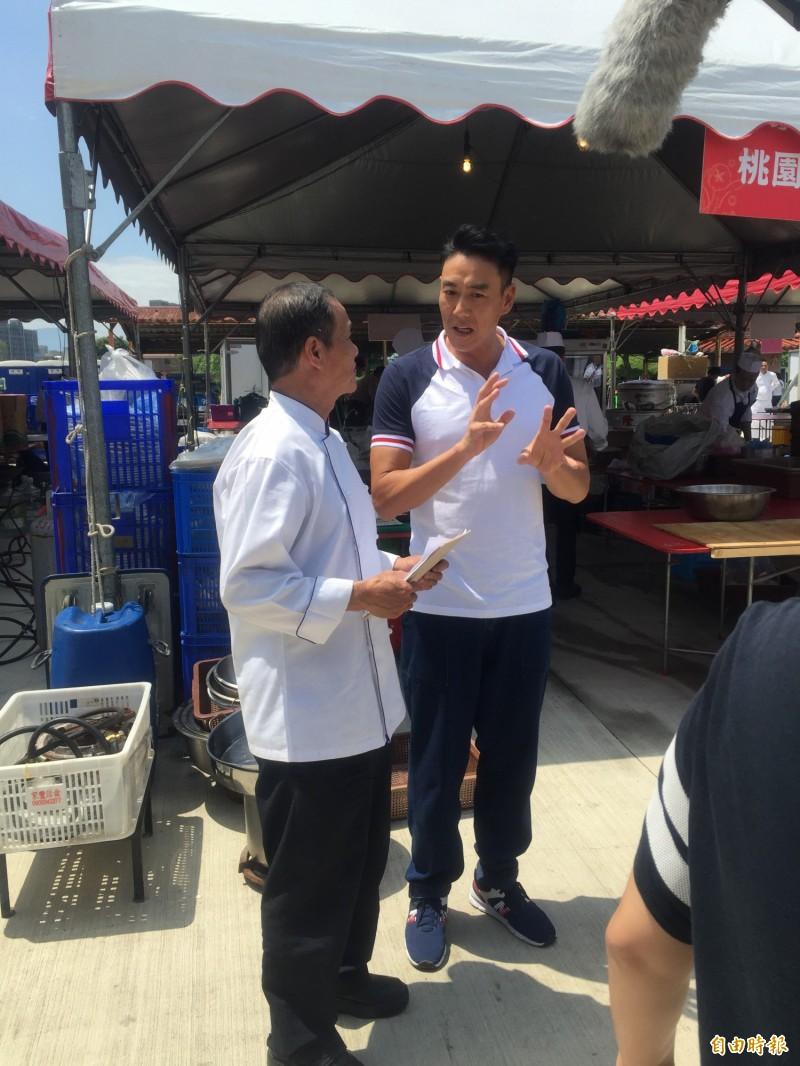 專門介紹台灣的日本節目,主持人一早到埸訪問台灣辦桌祖師爺之子「阿燦師」林明燦(左)。(記者陳恩惠攝)
