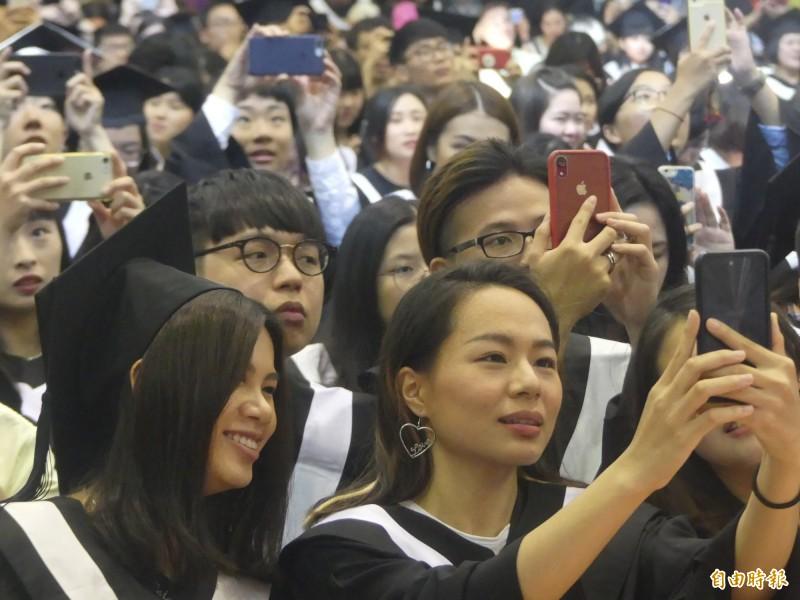 國立金門大學舉行畢業典禮,畢業生拿起手機留下珍貴的一刻。(記者吳正庭攝)
