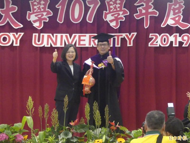 小英總統(左)是首位參加金門大學畢業典禮的現任總統,校長陳建民(右)代表全體師生贈送紀念陶瓷以示感謝。(記者吳正庭攝)