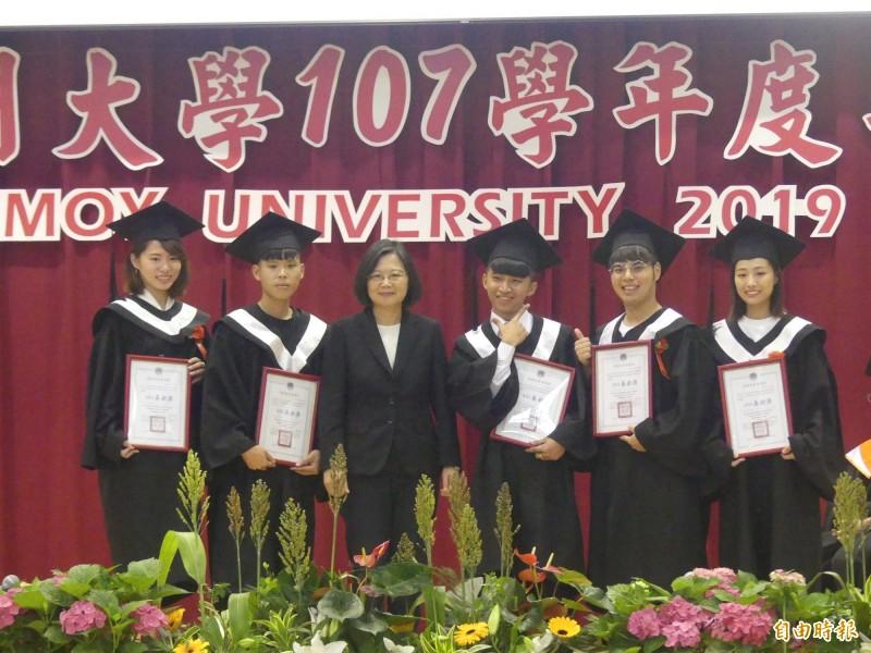 小英總統(左三)頒贈獎狀給獲得僑委會獎勵學行成績優良的應屆畢業僑生。(記者吳正庭攝)