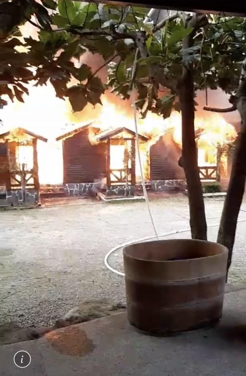 南投縣國姓鄉玉門關風景點,傍晚發生民宿火警,有5間獨棟小木屋陷入一片火海,所幸無人傷亡。(圖由民眾提供)