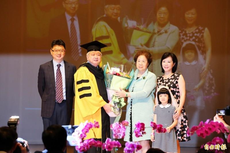 獲頒嘉義大學名譽博士的一原金屬工業公司董事長林國村(左二)與家人合影。(記者丁偉杰攝)