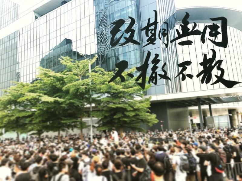 香港新銳藝術家「畫字阿龍」聲援反送中作品。(擷取自畫字臉書粉絲專頁)
