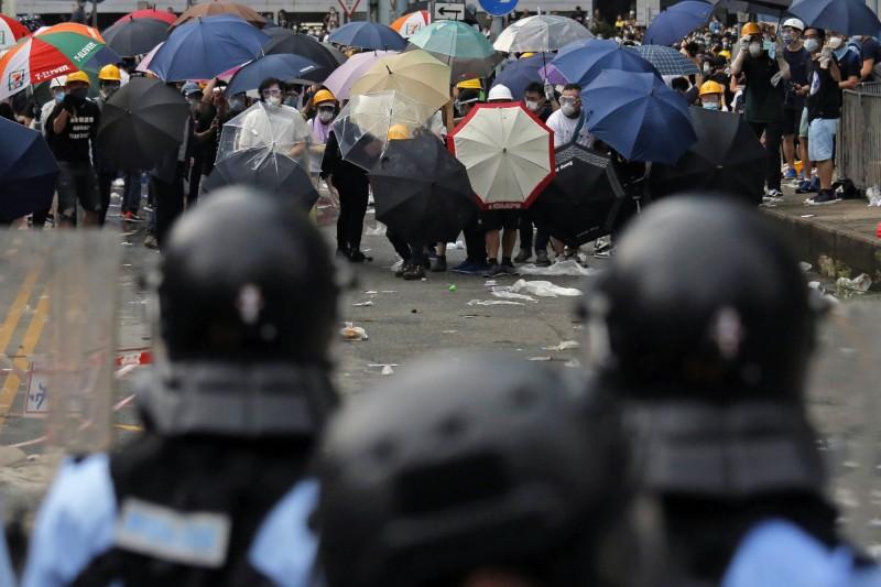 香港民眾反送中,走上街頭抗爭卻遭暴力鎮壓。外媒報導,中國軍警疑跨境鎮壓的證據,浮出水面。(美聯社資料照)