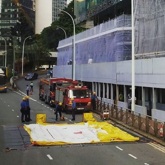 事發後,消防隊已趕抵現場設置安全氣墊。(圖擷取自rogerli_lfhk@IG)