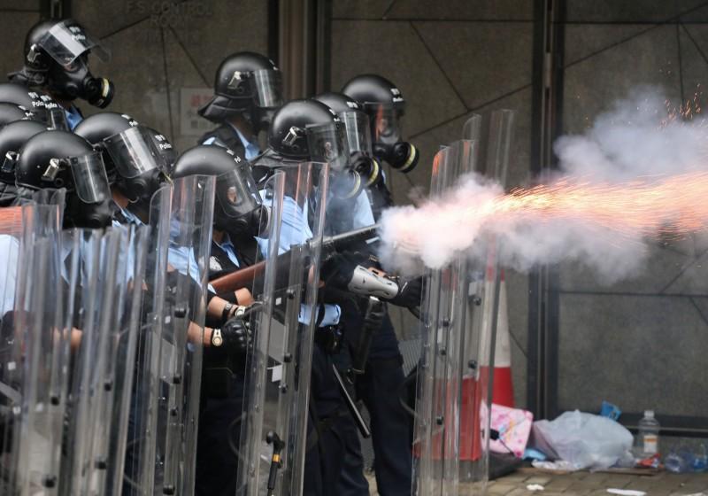 香港立法會17、18日的行程從「無公開或閉門會議」突然改成「會議待定」,有突襲闖關的可能。圖為鎮暴警察對香港市民發射催淚彈。(美聯社)
